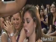 Rapariga leva com o esperma na boca na festa - http://www.fode-me.com